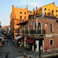 写真: ベネチアの街角の夕暮れ