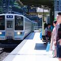 中央本線すずらんの里駅に到着する下り普通電車松本行き