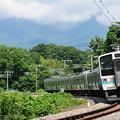 夏草生い茂るカーブを降りてくる中央本線211系ローカル電車