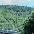 富士見のコンクリート橋を走る中央本線211系ローカル電車