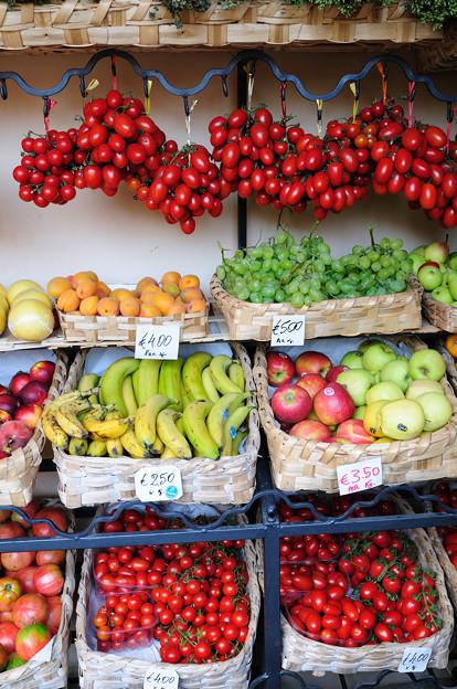 ポジターノのスーパーマーケットの店先の果物