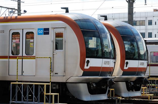 東京メトロ有楽町線10000系の並び