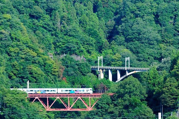 中央線四方津の大呼戸橋梁を渡るE257系あずさ号