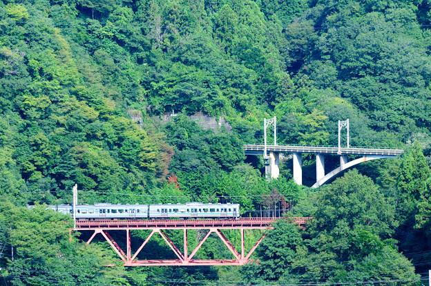 四方津の大呼戸橋梁を行く211系普通電車