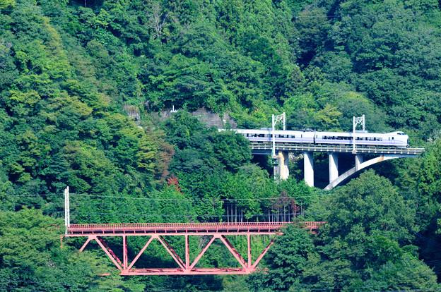 中央線四方津の大呼戸橋梁を渡るE351系中央線スーパーあずさ号