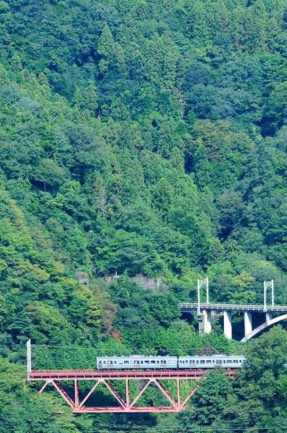 大呼戸橋梁を渡る211系普通電車