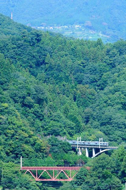 四方津の大呼戸橋梁を渡る中央線211系普通電車