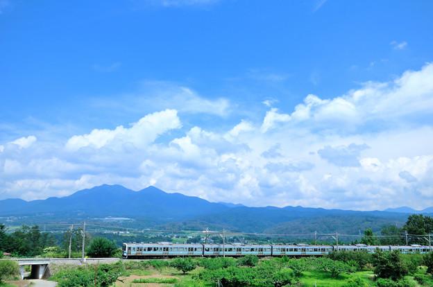 夏雲と茅ヶ岳をバックに走る中央線211系普通電車