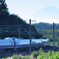 富士山のシルエットをバックにE351系特急スーパーあずさ号が行く