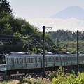 富士山のシルエットをバックに211系がゆく