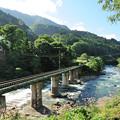 Photos: 姫川の鉄橋を渡る大糸線