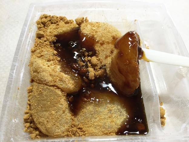 20150802-02『ゼブンアンドアイ』の「黒蜜をかけてつるり 冷やしわらび餅」03