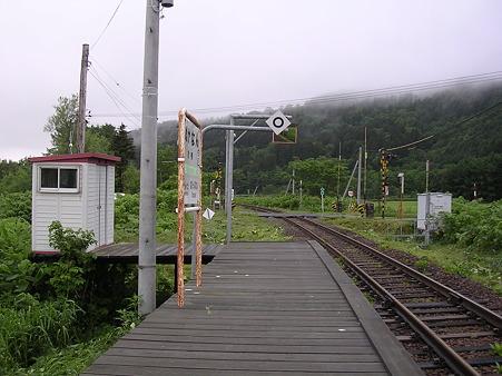 糠南駅ホームと待合室