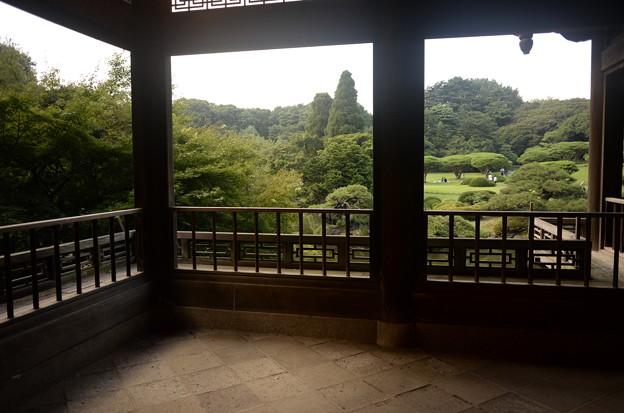 旧御涼亭から日本庭園を臨む