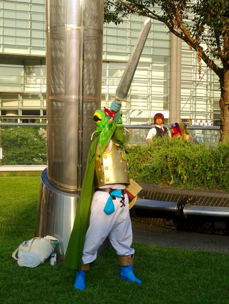 世界コスプレサミット 2015:沢山のコスプレイヤーと見物客で賑わう会場 No - 44(謎のカエルの…剣士?)