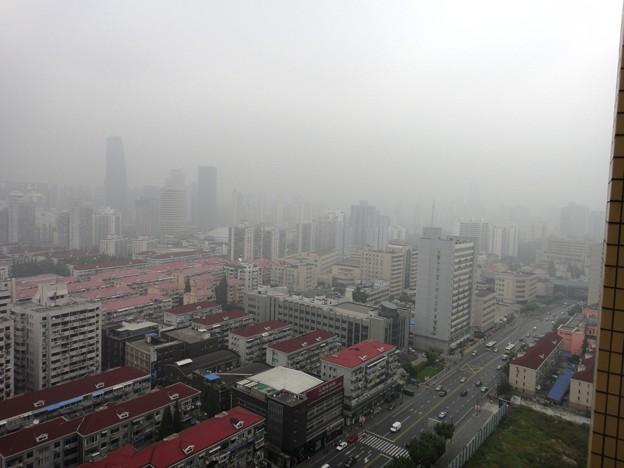 薄曇りの上海 正午の模様