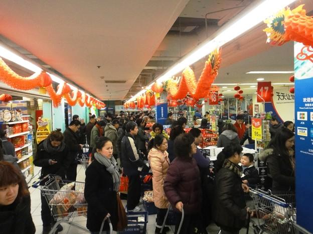師走の上海スーパーマーケットのレジ前の行列