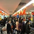Photos: 師走の上海スーパーマーケットのレジ前の行列