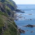 写真: 険しい海岸線