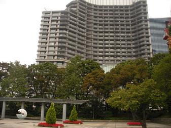 和田倉公園と建設中マンション