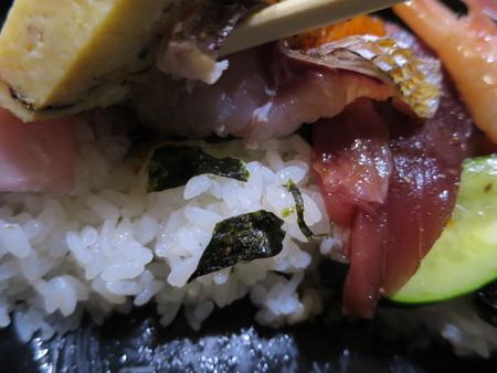 友すし ちらし寿司(平日ランチ限定) 盛り付けの様子