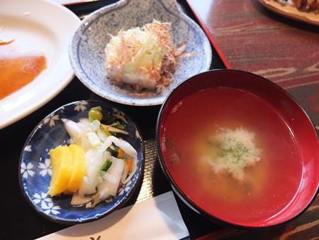 焼き鳥 山里 鴨島店 本日のランチ(豚ロース生姜焼) 副菜の様子