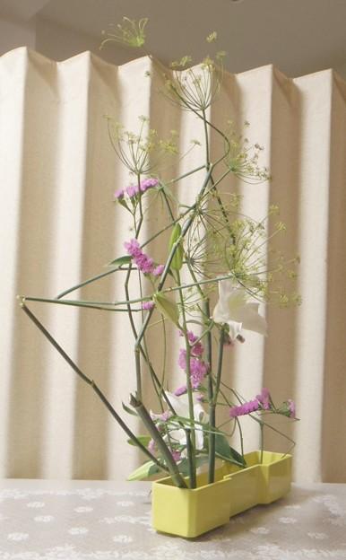 写真: 苦手な花材で頑張る