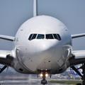 手を振るパイロット JA8985