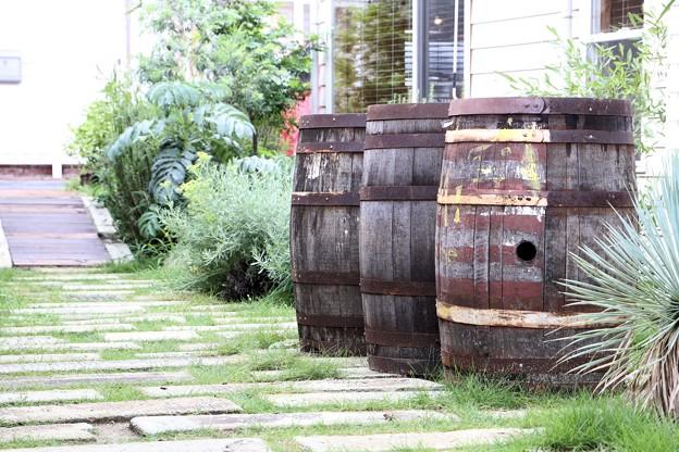 樽のある庭。