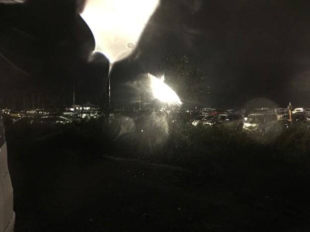 写真: イツモパーキングは夜の雨
