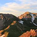 朝日に照らされた杓子岳と白馬鑓ヶ岳