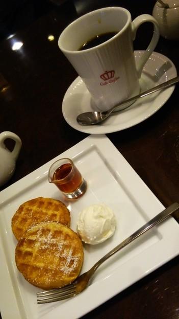 OSLO COFFEEで北欧ワッフルのモーニングセット。コーヒーはハンドドリップのクイーンを選択。酸味が強めのコーヒーだけど美味しい(*´∀`)