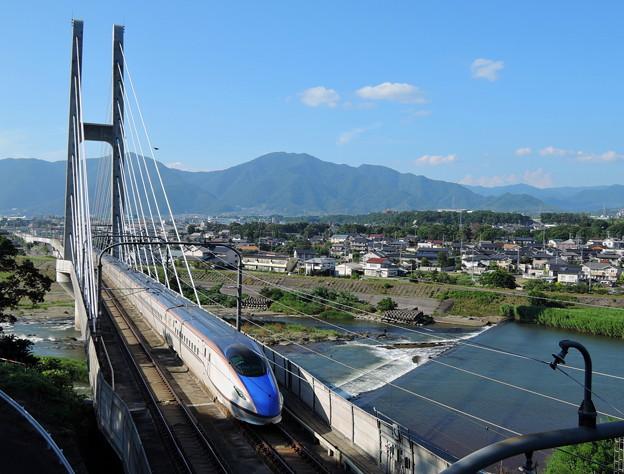 ハープ橋を行く北陸新幹線