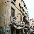 写真: ヴェネチアの街の変わった看板1