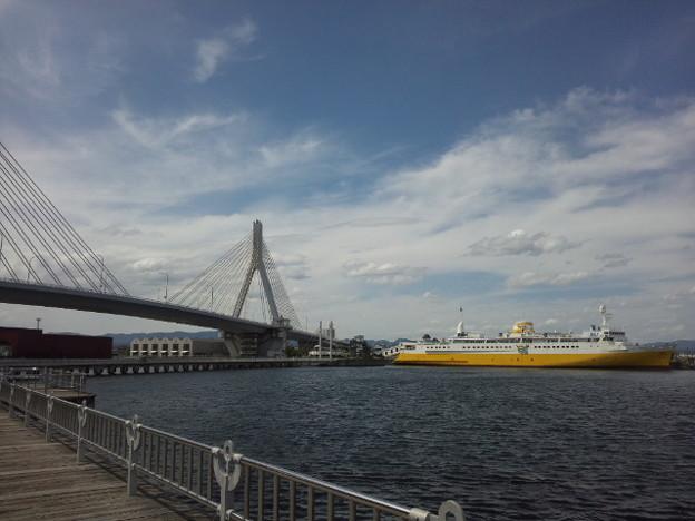 青森市、何年ぶりだろう。駅前でどうしようかな、と思ってたけど、そういえば海なんだった。海見ながらゆっくりお散歩。お天気良し。