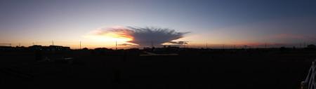 雲を連れて行く夕日20150721-01