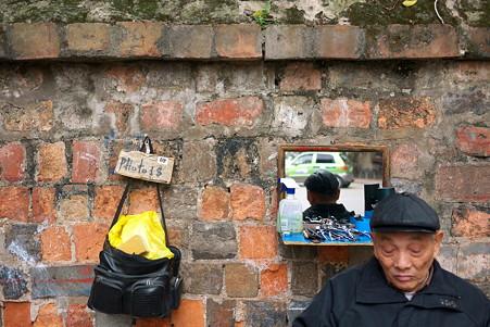 2012.03.12 ハノイ 文廟の塀 床屋