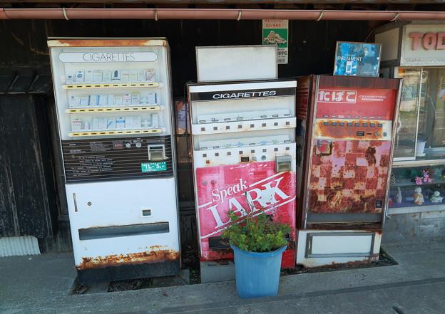 朽ち果てた自動販売機