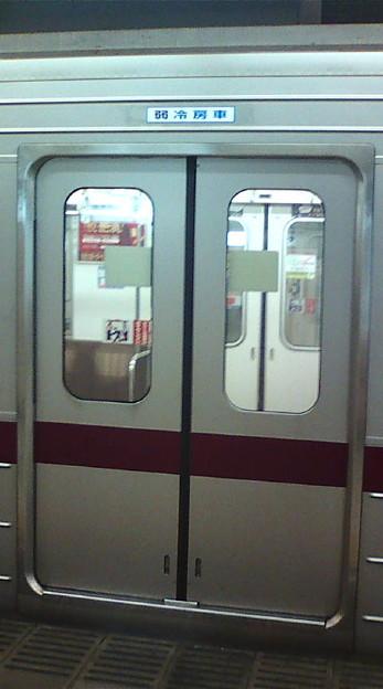 扉だけでなく、ガラス開口部も細長いんだってばよ。>20070