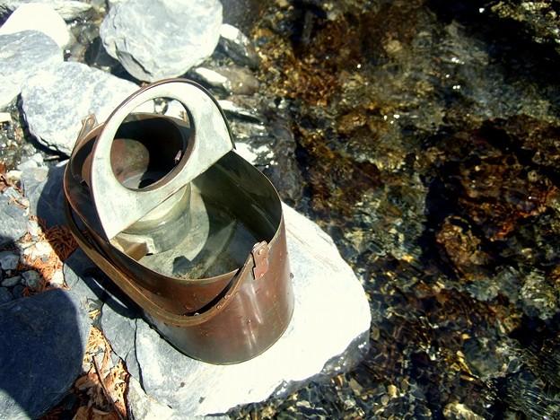 風流ON! 燗銅壺に渓流の水を入れる