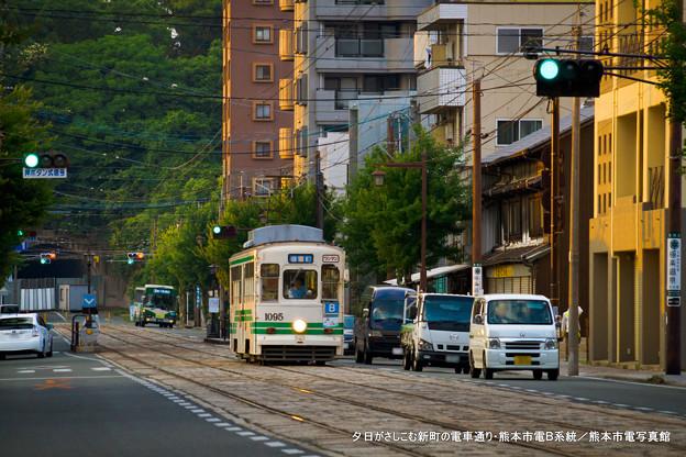夕日がさしこむ新町の電車通り。