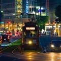 写真: 夜の街。