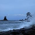 雨晴海岸と波  女岩と立山連峰
