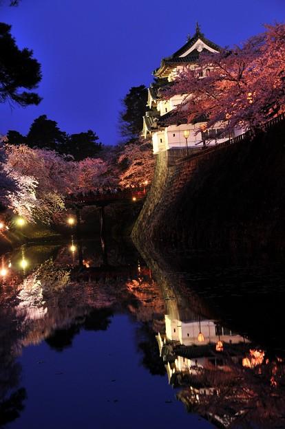 静寂な弘前城お堀付近。。鏡のように