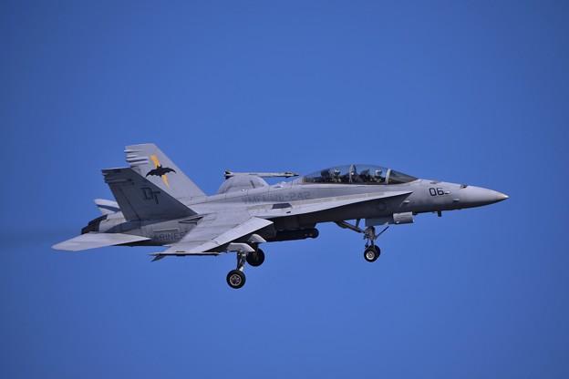 厚木基地R/W19へランディング・・VMFA-242BATS06 F/A-18D 20141122