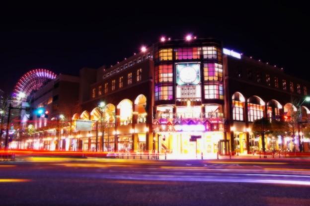 ある日の寒い日の横浜夜景・・忙しく通り過ぎる閃光 ワールドポーターズ前 20141212