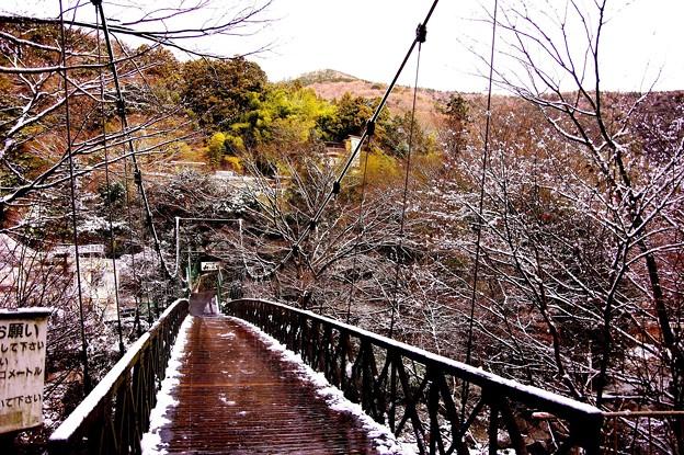 旅館へ行く吊り橋雪残る景色・・20150102