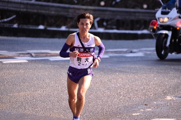 苦しい顔で走っている明大文元選手・・20150102