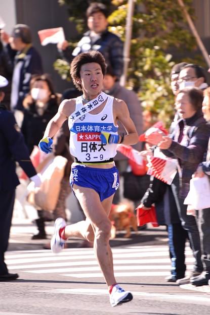 復路9区 鶴見中継所手前のランナー:日体大・・20150103