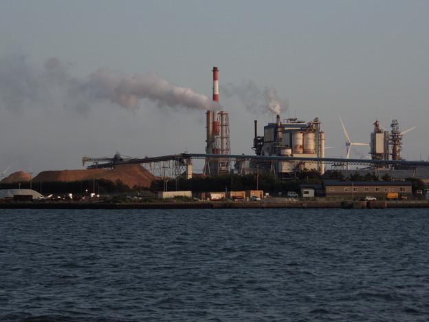 夕刻の製紙工場